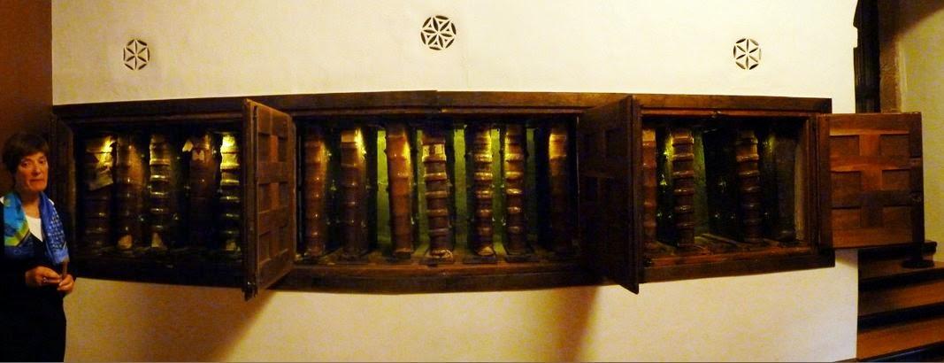 La estantería de los cantorales del monasterio de Yuso.