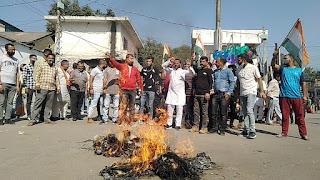 केंद्र सरकार का पुतला जलाकर ब सरकार के खिलाफ नारेबाजी कर रोष प्रकट किया