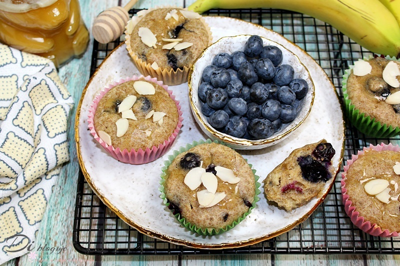 Zdrowe muffinki bez cukru z borówkami i polewą miodową