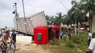 Caminhão é atingido por trem