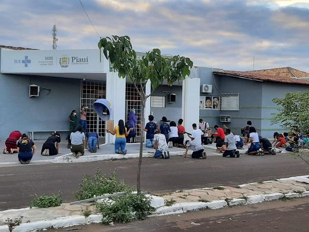 Jovens evangélicos faz momento enfrente ao hospital Deolindo Couto em Oeiras