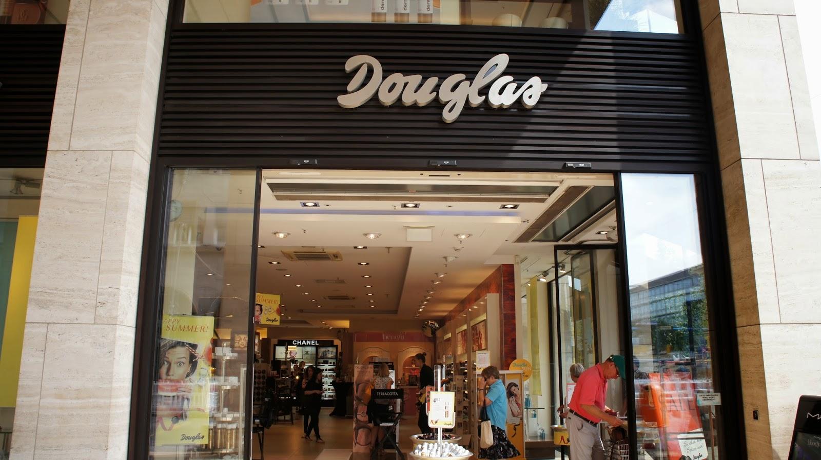 A loja Douglas é uma perfumaria alemã (foi fundada em Hamburgo) muito  famosa e vi filiais da loja em vários pontos de Berlim. Ela é tipo uma  Sephora. da29fd5bc11b
