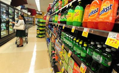 Pasillo de refrescos y otras bebidas azucaradas a la venta en un supermercado en Monterey Park, California, el 18 de junio de 2014. (FREDERIC J. BROWN/AFP/Imágenes Getty)