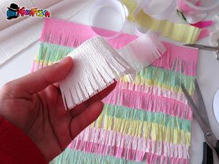 come realizzare una trama con frange con carta crespa