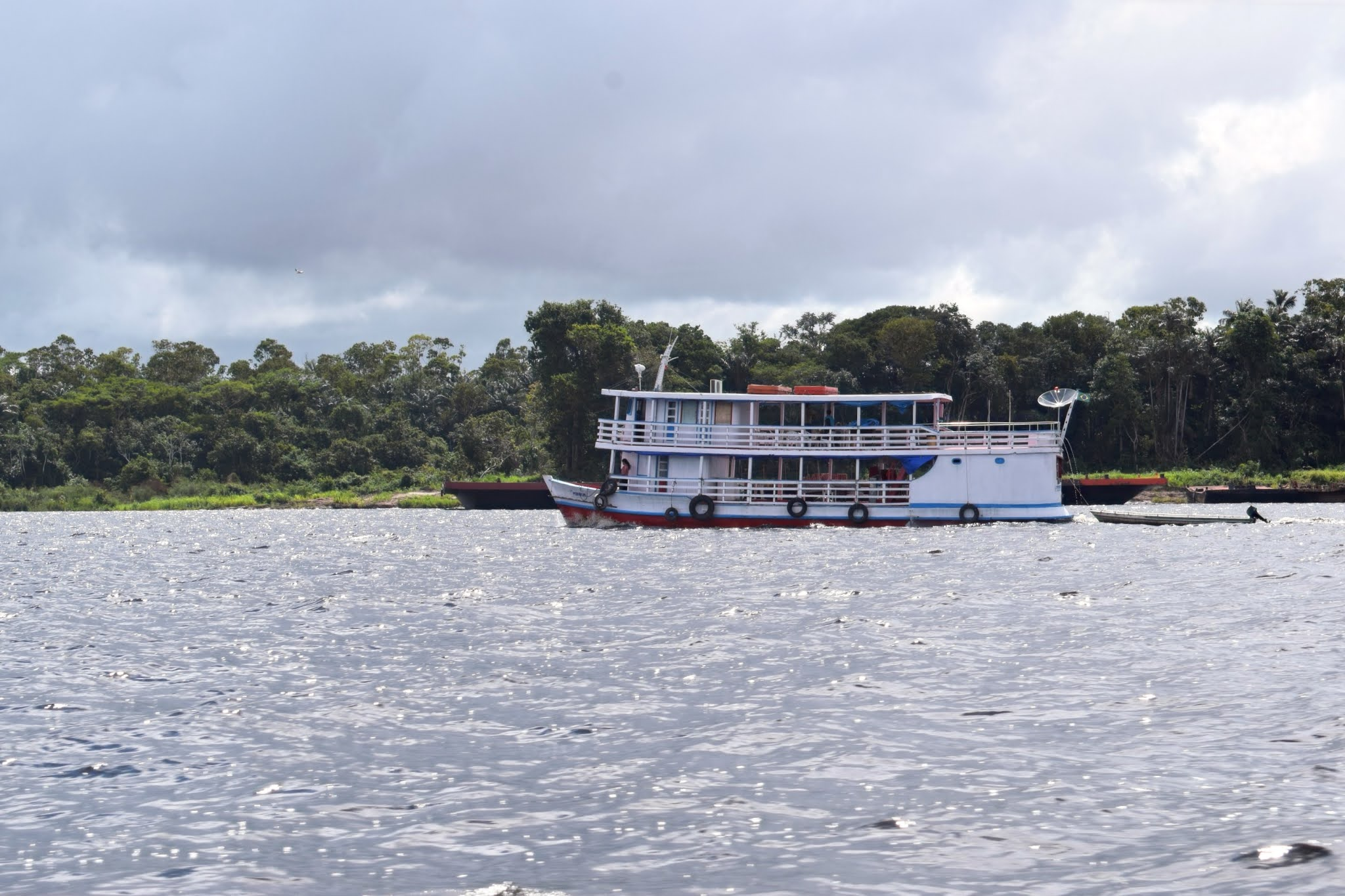 barco flutuante no rio amazonas