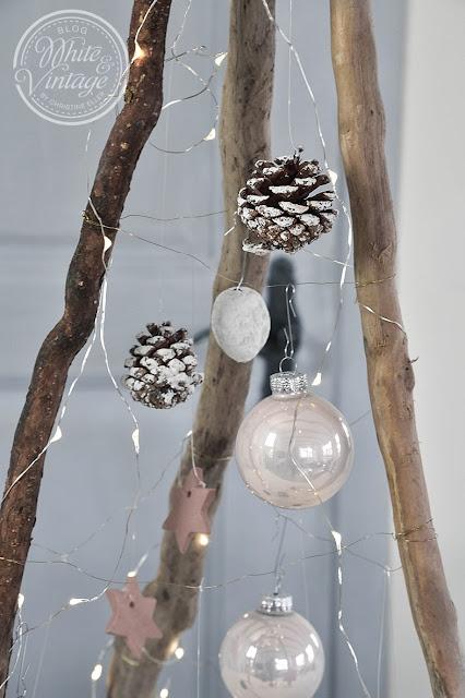 Holztannenbaum schmücken.