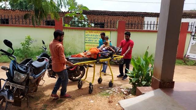 मोटरसाइकिल से गिरने के कारण महिला एवं बच्ची घायल