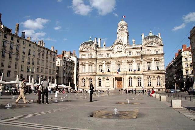 Passeio na Place des Terreaux de Lyon