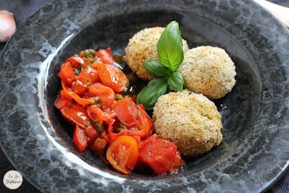 Boulettes de pain à la courgette, sauce aux deux tomates