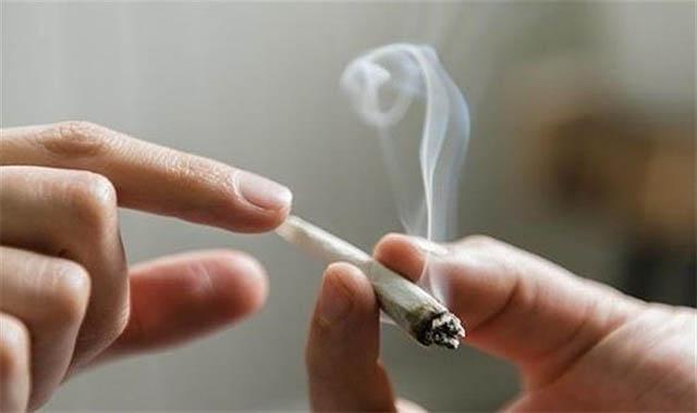 كشف هوية الشاب الي أجبر طفلة على التدخين