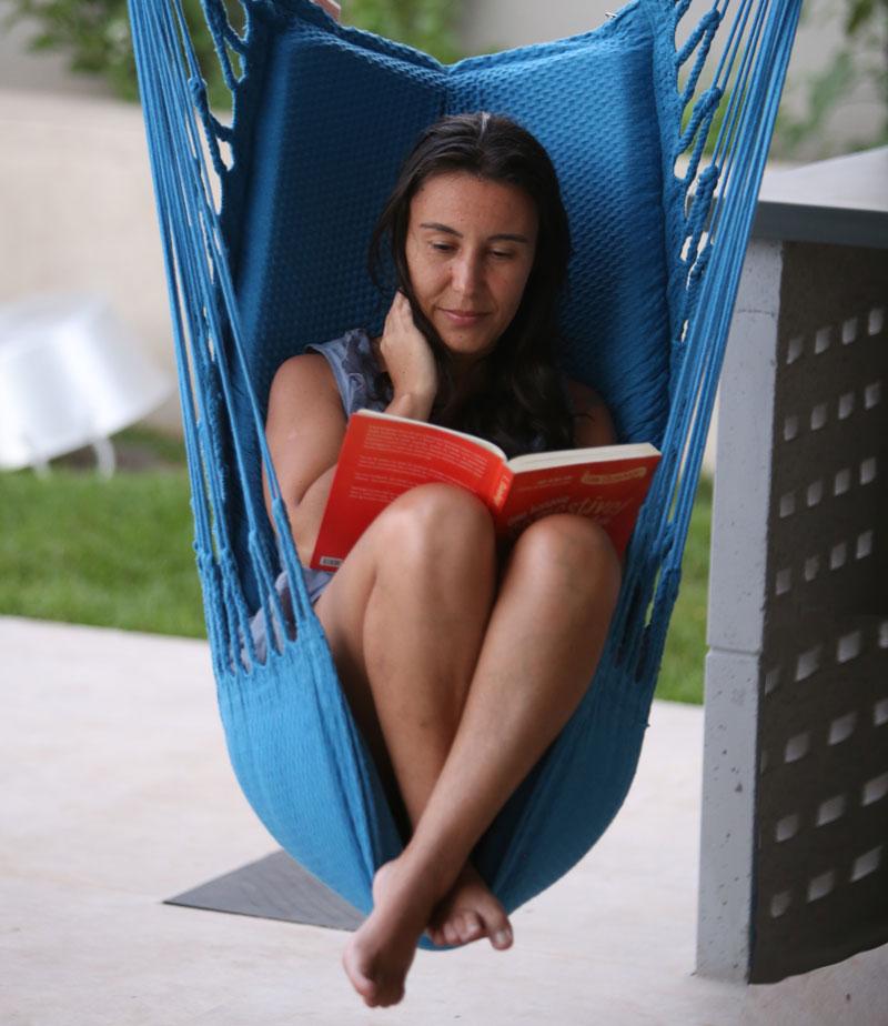 Mari Bontempo lê durante a quarentena.