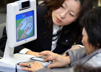 sistema de pago mediante huellas dactilares en un super mercado en japon