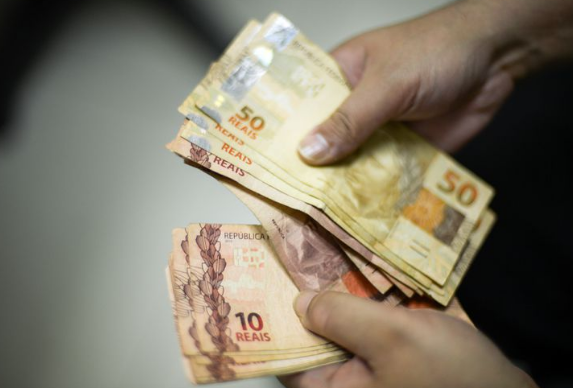 Governo sobe previsão do salário mínimo de R$ 998 para R$ 1.006 em 2019