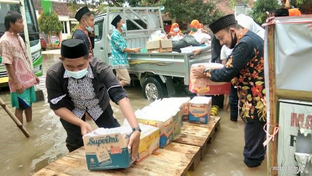 Siswa Dan Alumni MTs NU Miftahul Ulum Bagikan 300 Paket Sembako Kepada Korban Banjir