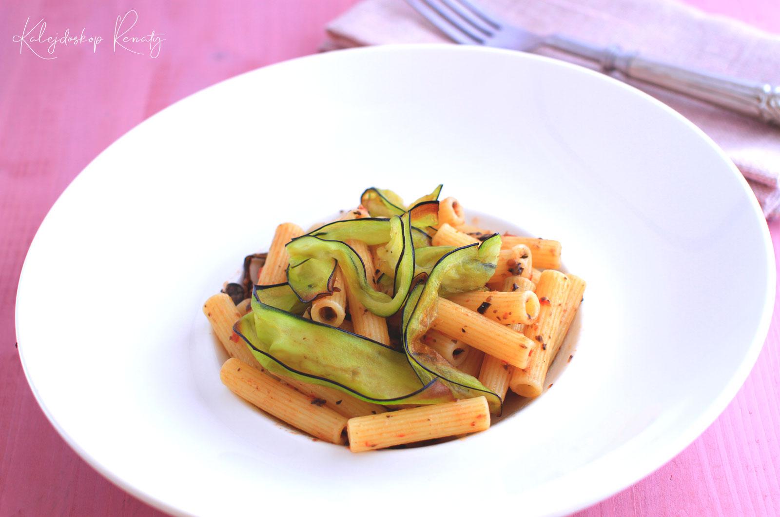 Macaroni z pesto oliwkowo-pomidorowym podane z chipsem z bakłażana