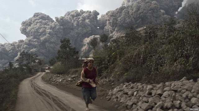Indonesia's Mount Sinabung erupts seven times in one day  _72694398_volcan