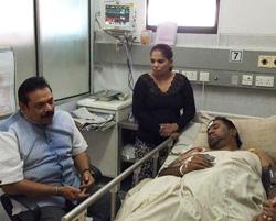 Mahinda visits Rohitha at hospital