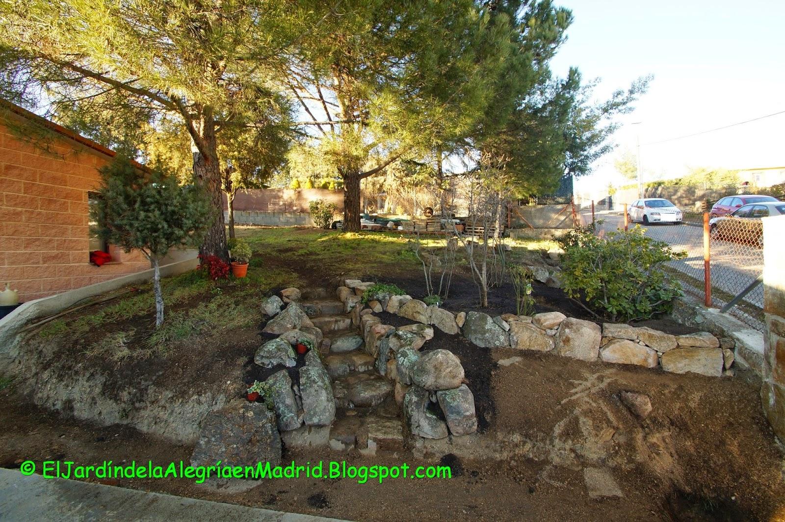 El jard n de la alegr a bancos de piedra y traviesas de - Vallas para terrenos ...