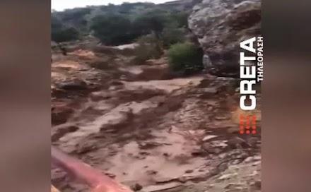 Κακοκαιρία Μπάλος: Χωριό στην Κρήτη κόπηκε στα δύο από ορμητικό χείμαρρο