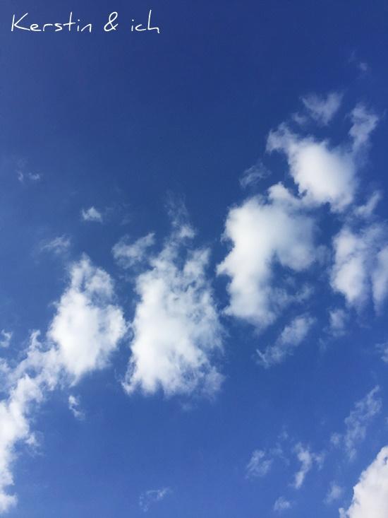 Blauer Sommerhimmel mit Wolken