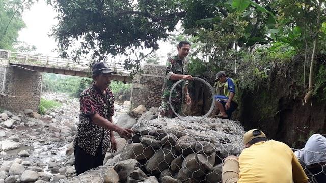 Antisipasi Tanah Longsor Babinsa 0820/10 Kuripan Bantu Pasang Bronjong