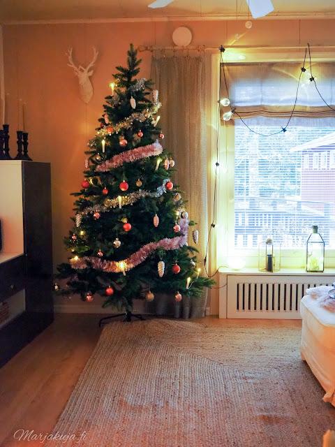joulu joulukoti joulusisustus joulukuusi bauhaus tekokuusi roosa vaaleanpunainen olohuone sisustus