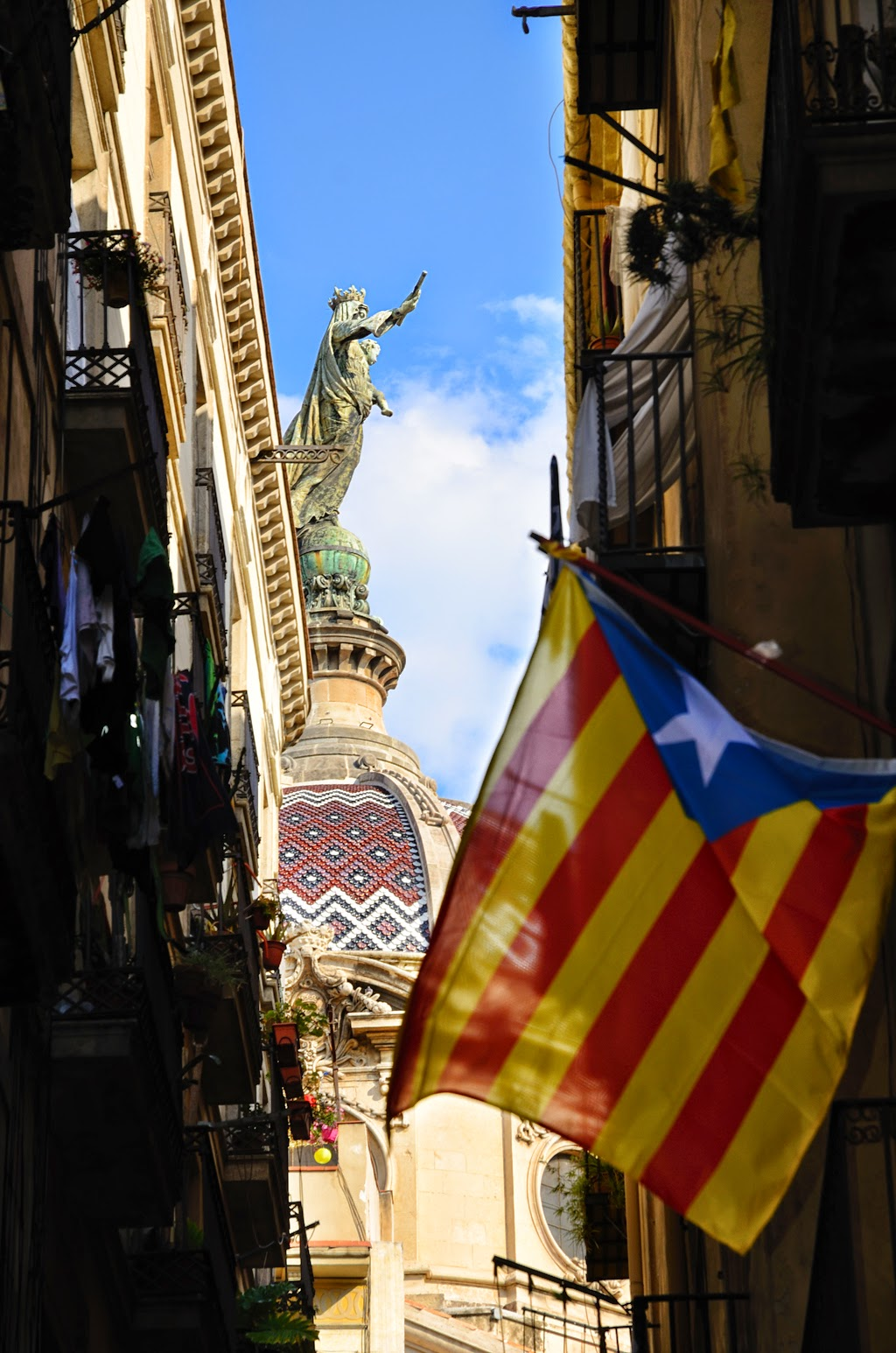 Estelada banner with La Merced in the background, Barcelona [enlarge]