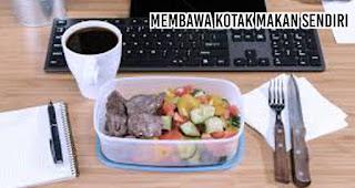 Membawa kotak makan sendiri merupakan salah satu cara hidup sehat tanpa plastik