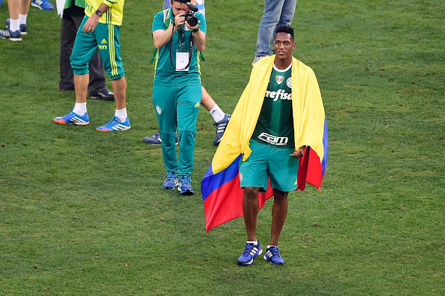 Zagueiro colombiano Yerry Mina comemorou título com bandeira de seu país (Foto: Djalma Vassão/Gazeta Press)