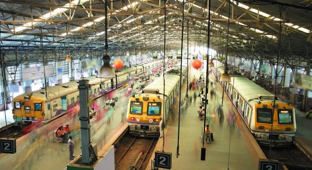 Seorang melihat di dalam stasiun Churchgate, salah satu stasiun tersibuk di Mumbai, yang mulai online pada bulan Agustus 2016