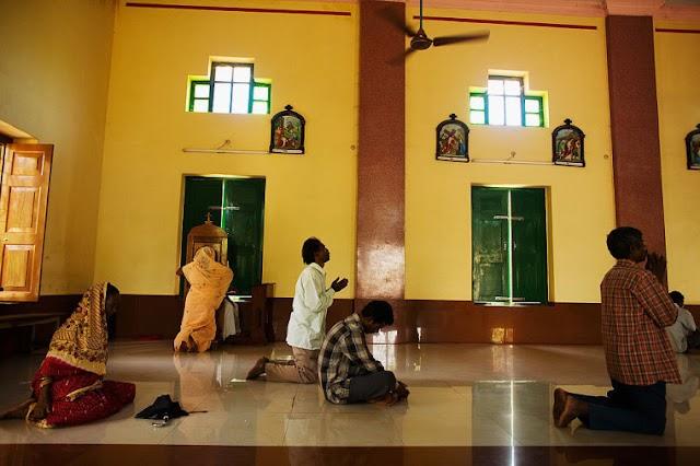Família espancada e forçada a ficar em prisão domiciliar por se converter ao cristianismo na Índia