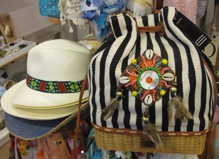 Bolso rayas en blanco y negro con adornos. Sombreros verano.