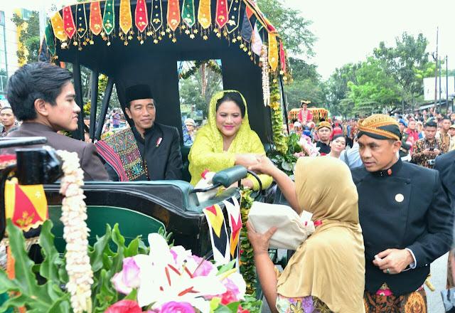 Presiden Jokowi dan Ibu Negara Iriana dalam acara 'Ngunduh Mantu' di Medan, Sumatra