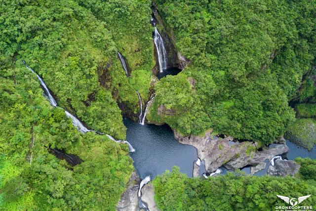 Cascade vue aérienne : drone , hélicoptère . Cascade trou de faire à la Réunion .