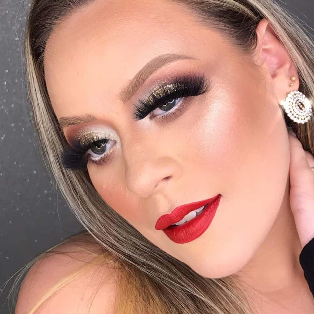 Maquiagem dourada batom vermelho
