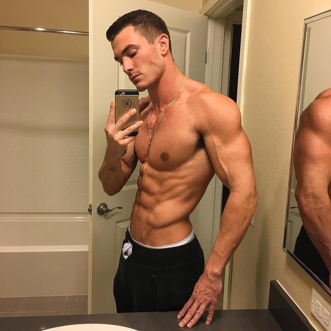handsome-ripped-sixpack-abs-bathroom-selfie-bro