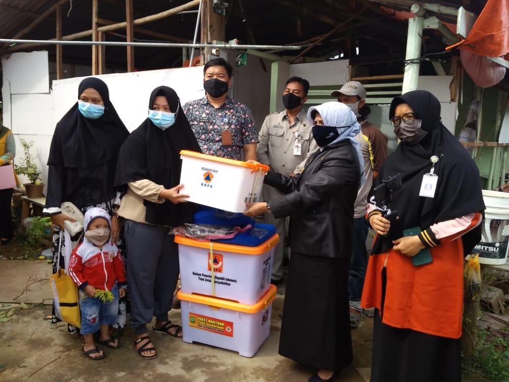 Walikota Tanjungpinang Serahkan Bantuan Kepada Korban Yang Rumahnya Disambar Petir