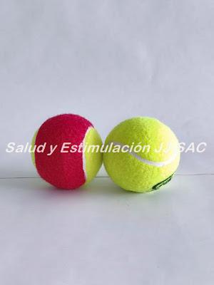 dos pelotas de tenis amarilla roja verde