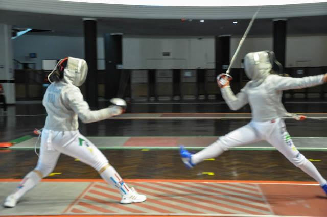 Isabela Chen faz ataque contra Isabela Cunha na final cadete de sabre