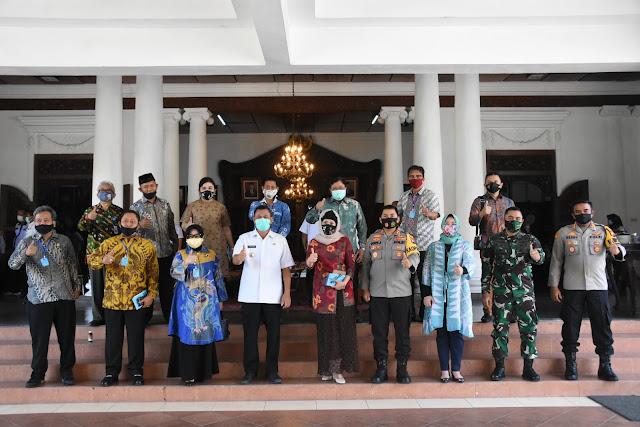 """Mojokerto - Komisi E (Kesejahteraan Masyarakat) DPRD Provinsi Jawa Timur, mengapresiasi upaya-upaya Pemerintah Kabupaten Mojokerto dalam penanggulangan pandemi Covid-19. Terlebih lagi peta sebaran Covid-19 Kabupaten Mojokerto yang semula merah (risiko tinggi), kini telah berubah warna menjadi oranye (risiko sedang) per tanggal 21 Juli 2020. Pembagian warna tersebut, berdasar pada peta epidemilogi Badan Nasional Penanggulangan Bencana (BNPB).  """"Kami sangat mengapresiasi ini. Semoga Kabupaten Mojokerto segera menjadi zona hijau (risiko terkontrol). Kami percaya semua perkembangan ini, adalah berkat gotong royong pemerintah, forkopimda dan masyarakat Kabupaten Mojokerto,"""" kata Ketua Komisi E Wara Sundari Renny Pramana, Rabu (22/7) pagi di pringgitan rumdin bupati.  Bupati Pungkasiadi melaporkan bahwa pemda dengan pusat, TNI dan Polri sejak awal pandemi sekitar bulan Maret lalu, terus bersinergi melakukan berbagai upaya penanggulangan pandemi secara kontinyu. Mulai refocusing dan realokasi anggaran, menyiapkan dan menyiagakan rumah sakit rujukan, hingga bergerak cepat membagikan item-item perlindungan diri pada masyarakat mulai masker, hand sanitizer dan disinfektan. Sejumlah kampung tangguh, tempat ibadah tangguh, wisata tangguh, pasar tangguh hingga layanan rapid test gratis sebagai bagian dari upaya penanggulangan.  """"Setelah beberapa waktu kita ada di zona merah, tadi malam sudah oranye. Beberapa minggu terakhir, angka kesembuhan kita terus naik. Selain itu, arahan new normal dari pusat terus kami sinegrikan dengan mengeluarkan SE Bupati bagi pelaku usaha dan yang berkaitan. Bersama TNI, Polri kita juga sinergi mendukung program satu sama lain,"""" kata Bupati Pungkasiadi.  Audiensi selanjutnya diteruskan dengan sesi tanya jawab, antara Komisi E DPRD Provinsi Jawa Timur bersama Bupati Pungkasiadi didampingi segenap tim Gugus Tugas Percepatan Penanganan Covid-19 (GTPPC) Kabupaten Mojokerto.  Beberapa pertanyaan yang diajukan pada GTPPC Kabupaten Mojokerto antara lain lom"""