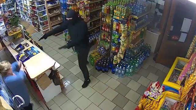 Asaltante con un arma de fuego trata de robar una tienda, pero acaba huyendo tras ser enfrentado por una mujer (video)