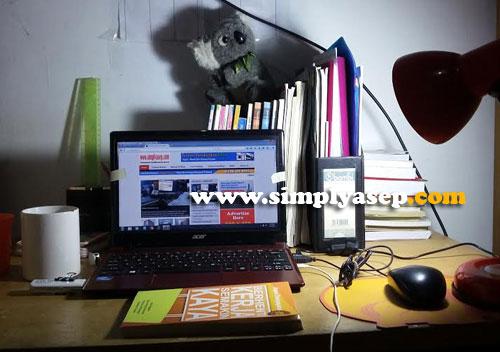 FUNGSI GANDA : Menjelang malam saya gunakan untuk ruang kerja saya dan ngeblog. Ayah Pinjam ya nak. oto Asep Haryono