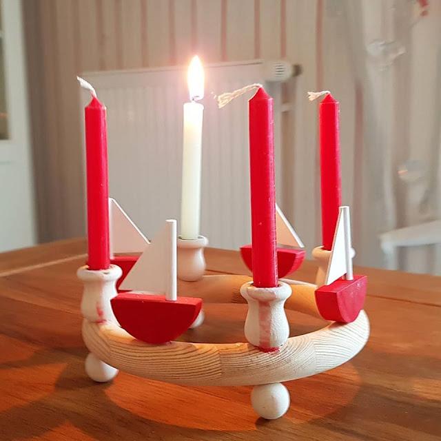 Ahoi Advent! Ein Gedicht frei nach norddeutscher Schnauze. Bei uns Küstenkindern brennt auch ein Lichtlein, doch es soll - typisch norddeutsch - entspannt zugehen. Stress tut nicht not! Lest das ganze Gedicht auf Küstenkidsunterwegs!