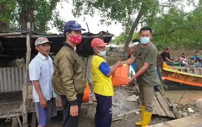 Obon Tabroni Berikan Bantuan Korban Banjir di Muaragembong