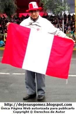Foto de Peruano con la bandera del Perú en desfile militar, foto de Jesus Gómez