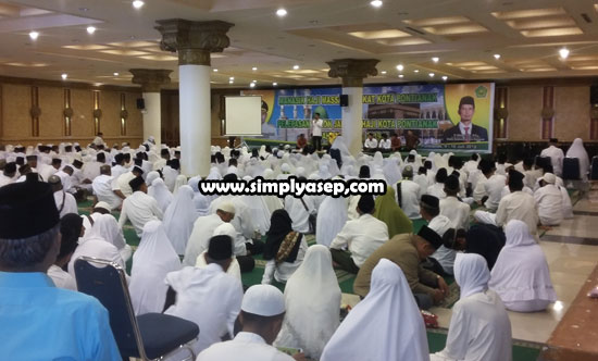SEGERA BERANGKAT :  Para CJH saat acar pelepasan di Masjid Raya Mujahidin Pontianak (10/7). Untuk jadwal keberangkatan, pertama dimulai 13 Juli 2019, CJH sudah masuk Asrama Haji Pontianak. Kemudian 14 Juli 2019 bertolak ke embarkasi Batam.  Foto Asep Haryono