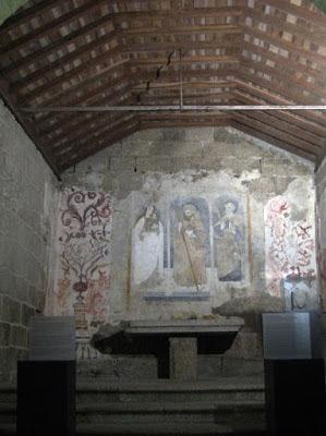 Pinturas na parede em igreja muito antiga