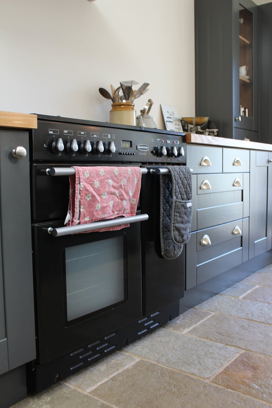 Black rangemaster cooker in grey kitchen