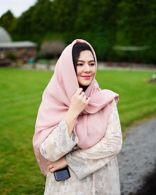 Eriska Reinisa artis cantik dan manis Rambut hitam pamer jilbab
