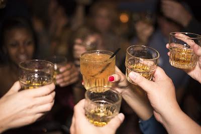 un grupo de jóvenes brindan con alcohol